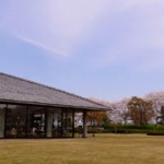 広々とした芝生の庭を見ながら。富山県水墨美術館で回顧展「石黒宗麿のすべてと人間国宝の作家たち」